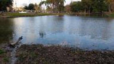 La Plata: El lago del Parque Saavedra se está quedando sin agua, y hay basura por todos lados