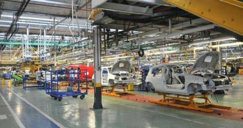 Renault reduce un turno y peligran 450 empleos