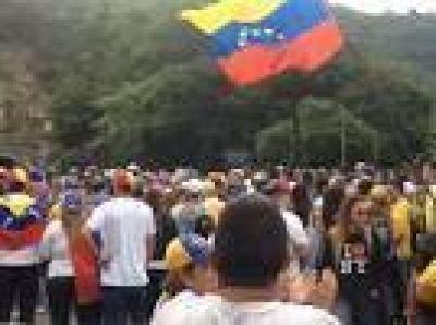 Pese a los bloqueos del chavismo, una multitud se acerca a Caracas para unirse a la marcha contra el r�gimen de Nicol�s Maduro