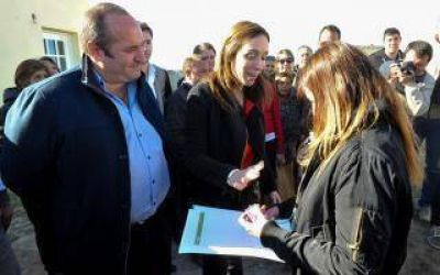 Vidal participó de entrega de viviendas y visitó cooperativa textil en La Madrid