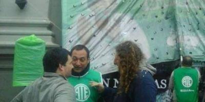 En San Nicol�s realizaron un plenario en la puerta de la Municipalidad y tildaron a Passaglia de