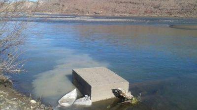 Piden que se investigue vertido de líquidos al río