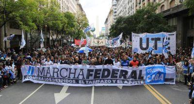 Multitudinaria Marcha Federal avanza a Plaza de Mayo contra