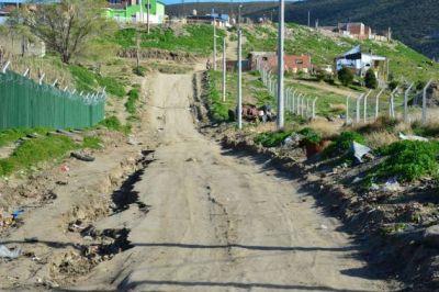 Basura y calles intransitables rodean la escuela del barrio M�ximo Ab�solo