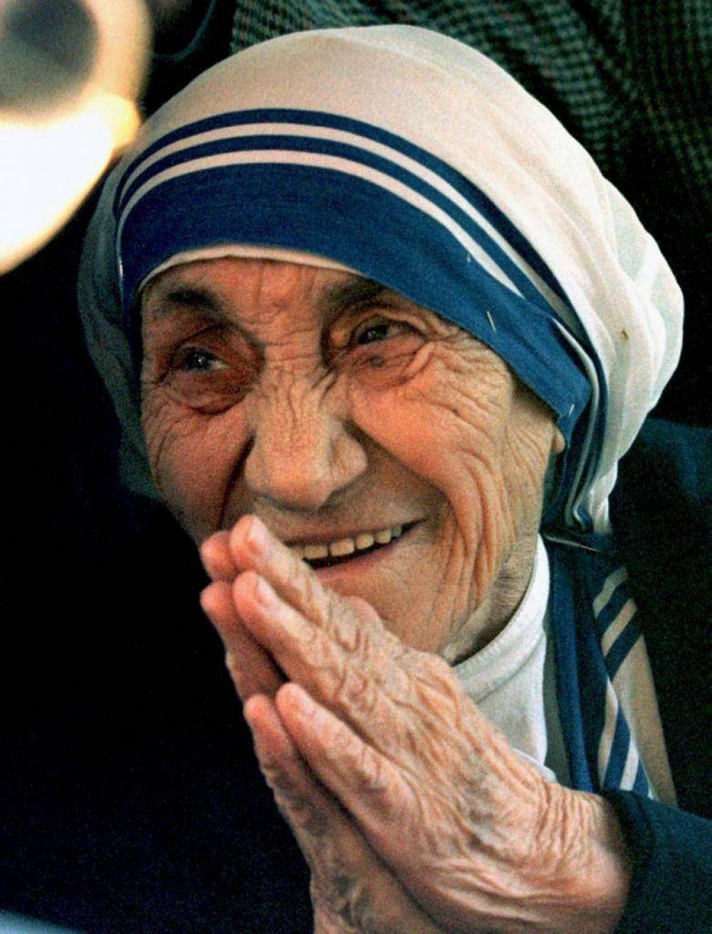 """Teresa de Calcuta, la santa que se sentía """"pequeña"""" y no sabía por qué Dios la había elegido"""