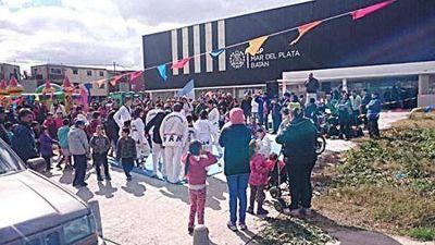 Acci�n Marplatense reclama la apertura del Polideportivo con los chicos del barrio