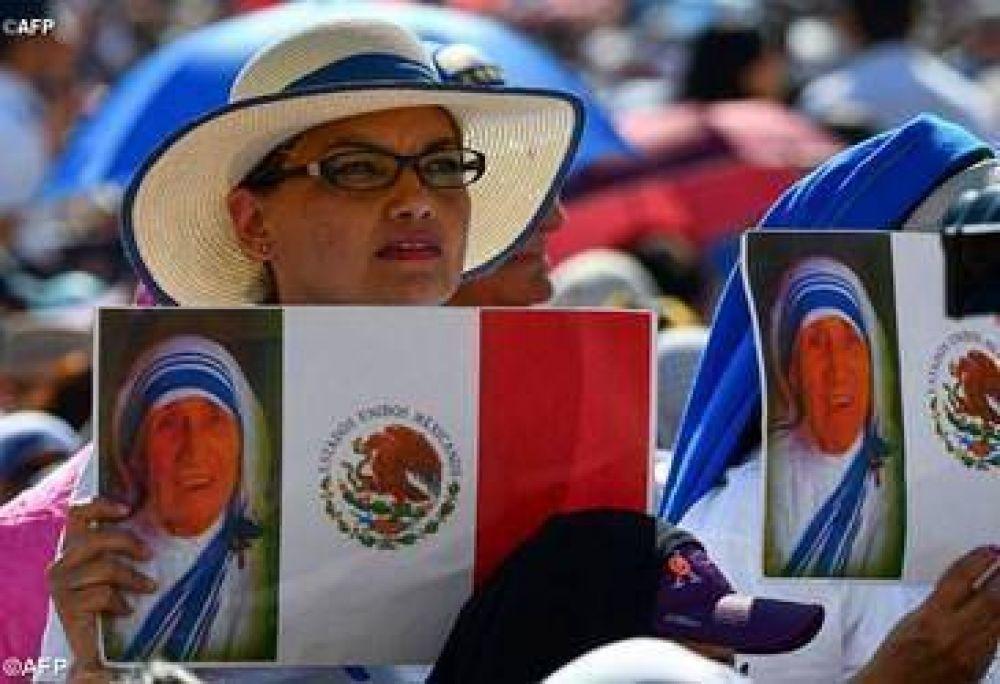 Que la Madre Teresa enseñe a reconocer en Jesús a los hermanos necesitados, pide el Papa durante el Ángelus