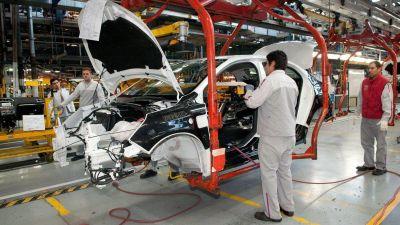 Volvió a caer la producción automotriz y las exportaciones bajaron 30%