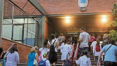 Deuda con los chicos: apenas el 14% pasa ocho horas en el colegio
