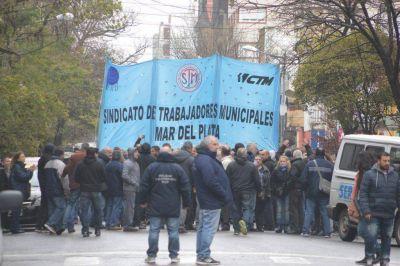 Galer�a: masiva manifestaci�n de municipales contra el pago del sueldo en cuotas