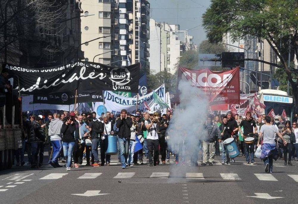 Médicos y judiciales bonaerenses marcharon en el centro porteño