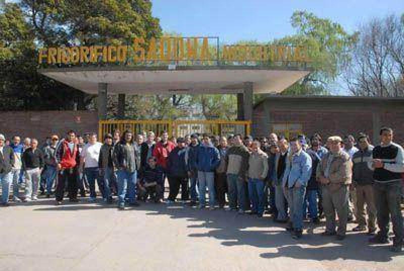 Los trabajadores del Sadowa protestaron frente al frigor�fico