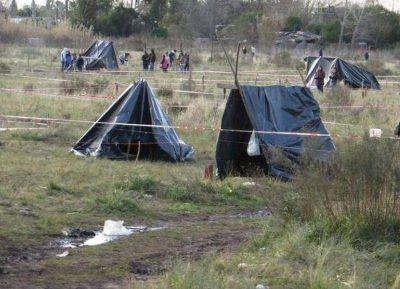 La bonaerense desalojó terrenos tomados e incineró las casillas en Melchor Romero en La Plata