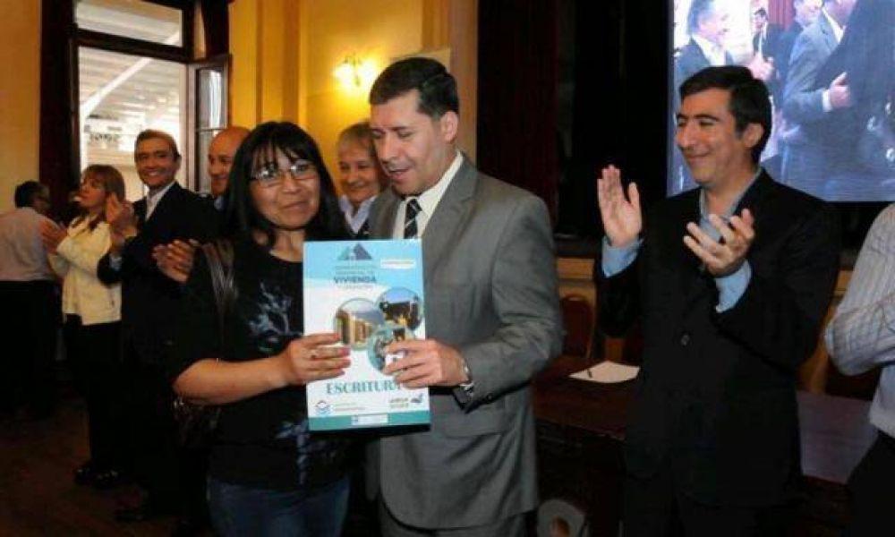 252 familias con viviendas de planes estatales recibieron su escritura