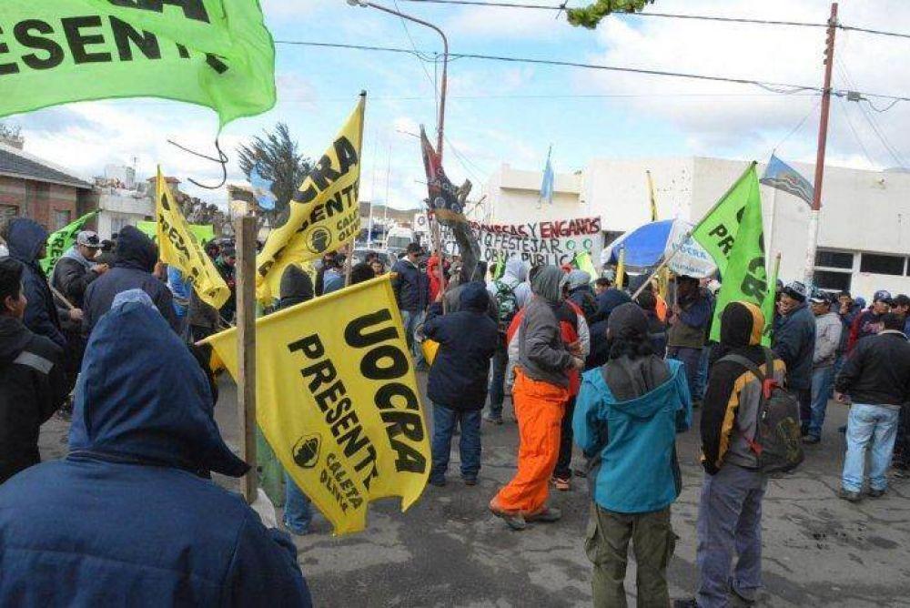 Municipales y desocupados de UOCRA se manifestaron en municipio de Caleta
