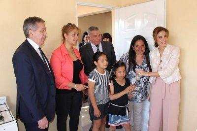 Bº LOS TELEFÓNICOS: El Intendente Infante acompañó a la Gobernadora en la entrega de viviendas
