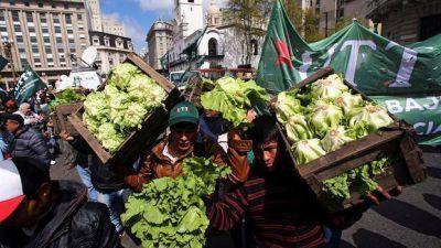 En una hora y media, regalaron 20.000 kilos de verduras en Plaza de Mayo