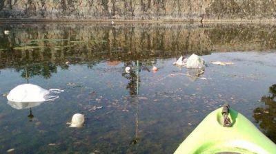 Fue a practicar kayak al lago San Miguel, hall� toneladas de basura y convoc� a una limpieza colectiva