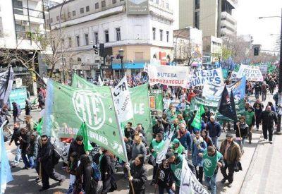 Estatales, médicos y docentes marcharon a la Gobernación
