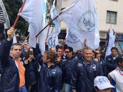 Pilotos de Austral en estado de alerta y movilización en defensa de las fuentes laborales