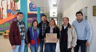 """El Intendente entregó un proyector a la Escuela de Estética """"Edgardo López Brandi"""""""