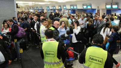 Termin� el paro de pilotos y se reanudan los vuelos de Aerol�neas Argentinas y Austral