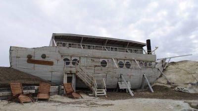 �Caballo� Su�rez y su vida de lujo, con un barco dentro de su estancia