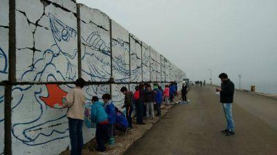Martin Merlini y Carlos Arroyo inauguraron la pintura del mural de 1.100 metros de la Escollera Sur