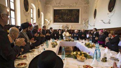 Refugiados almuerzan con el Papa y narran guerras, torturas, migraciones