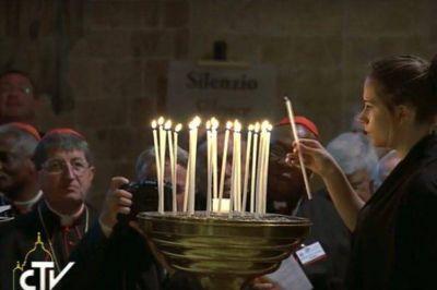 Asís: una vela encendida por cada país en conflicto