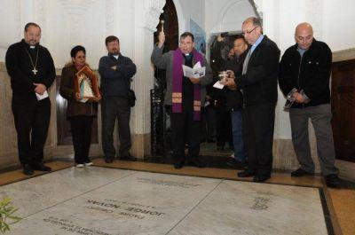 Frente a la tumba de monseñor Novak, la diócesis de Quilmes celebró sus 40 años