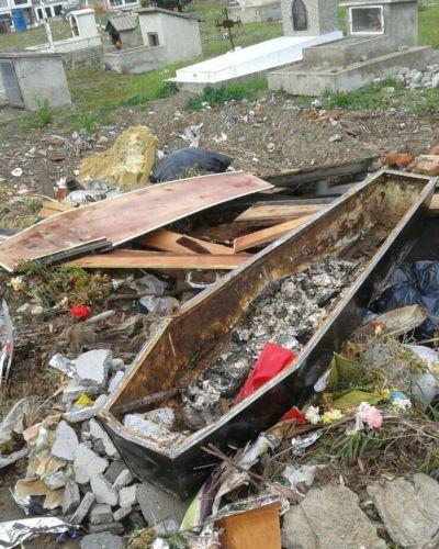 No descansan en paz: el Cementerio de Rawson convertido en un basural