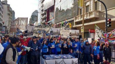 A modo de protesta regalaron 20 mil cuadernos escolares