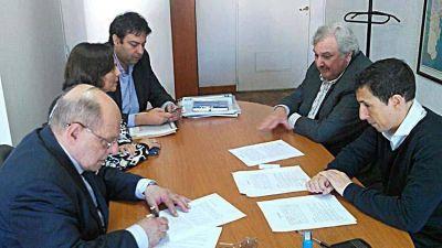 Firman convenio para financiamiento de red cloacal y agua para tres barrios