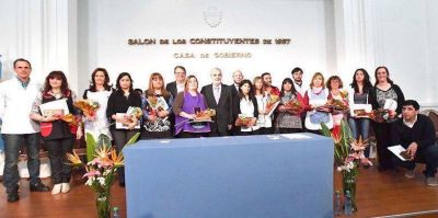 """Das Neves entregó reconocimientos a los """"Buenos Educadores de Chubut 2016″"""