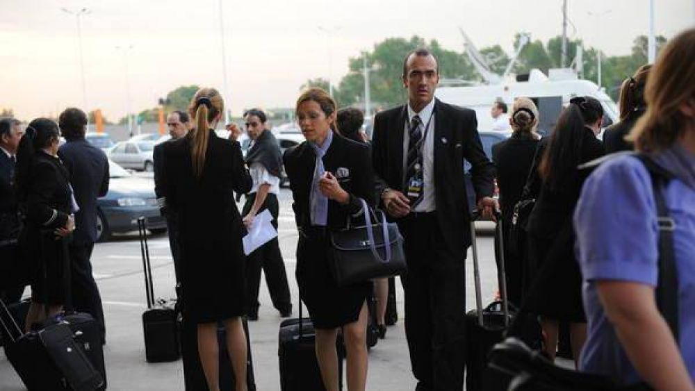 Aerolineas dio un aumentó salarial de 35% a las azafatas
