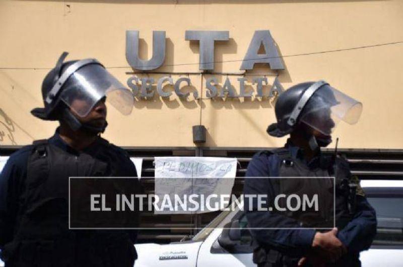 Un trabajador de UTA se encadenó y apuntó contra Jorge Flores