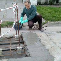 Un jubilado arregl� un bache frente a su casa, la foto se viraliz� y finalmente hicieron las obras prometidas