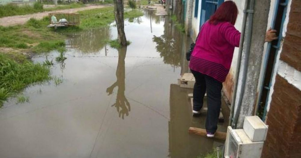 No pueden entrar a sus casas por el agua de las cloacas