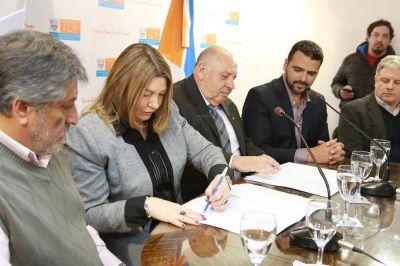 La gobernadora Bertone suscribió convenios de cooperación y asistencia