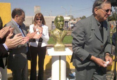 Intendenta K inaugur� el primer busto de Macri en el pa�s