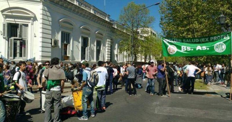 Vidal contra la Salud: reclamo en el Ministerio bonaerense