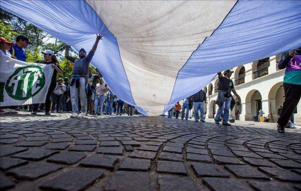Hubo una convocante marcha en Salta, pero poca adhesión al paro