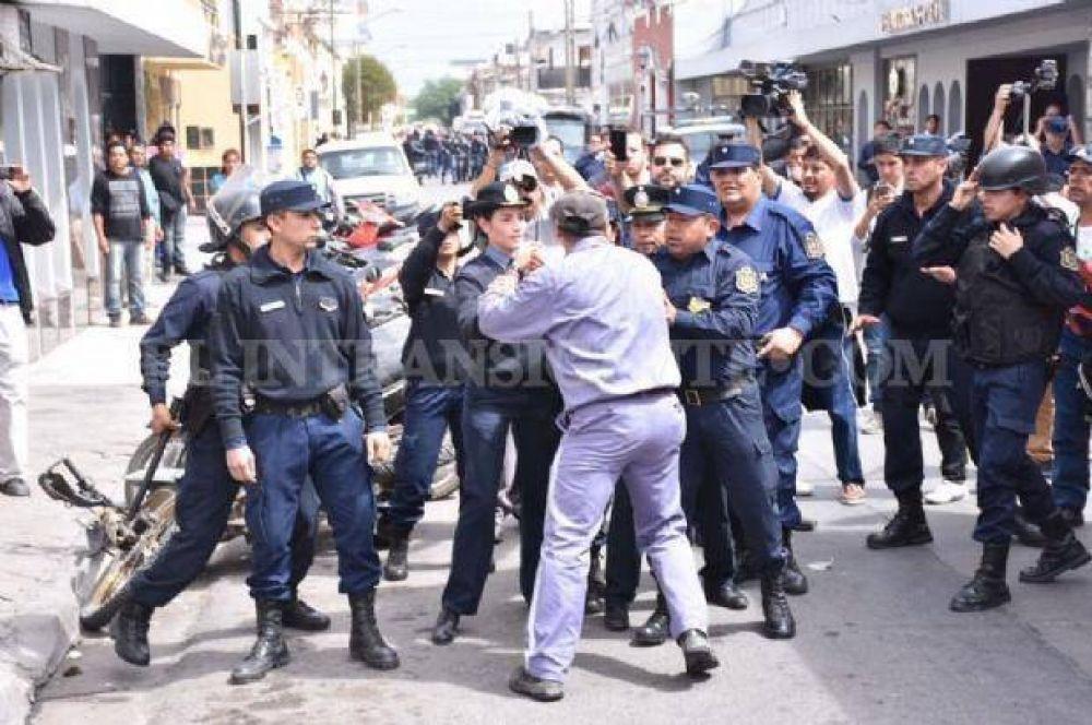 Caso UTA: familiares de detenidos se encadenaron en Ciudad Judicial