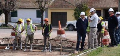 Olavarr�a: Galli visit� las obras de pavimentaci�n en el barrio Luz y Fuerza