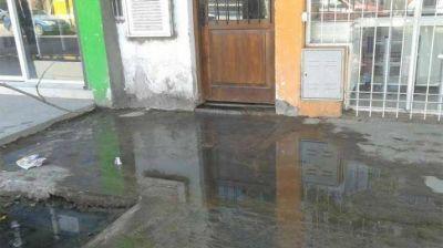 Clausuran un edificio por derrame de aguas residuales
