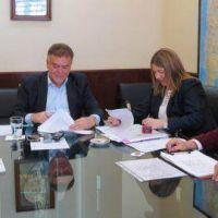 Bertone firm� convenios por 128 viviendas