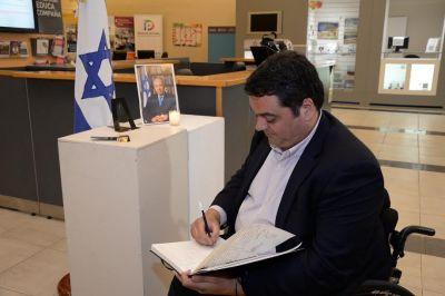 Argentina. Shimon Peres. El Ministro Jorge Triaca visit� la AMIA y firm� el Libro de Condolencias