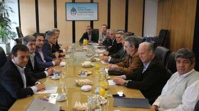El Gobierno convocó a una mesa de diálogo y la CGT frenó el paro