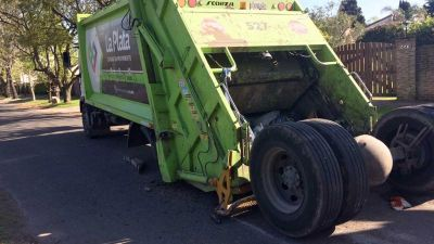 Se rompi� un cami�n recolector de residuos y un trabajador result� herido